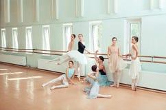 Le sette ballerine alla barra di balletto Immagini Stock