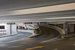 le SFO de stationnement couvert d'aéroport Photos libres de droits