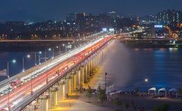 Le sfuocature di traffico di notte dopo Banpo gettano un ponte sulla fontana dell'arcobaleno a Seoul, Immagini Stock Libere da Diritti