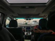 Le siège avant de la voiture et la vue du pont au-dessus de la mer dehors ont regardé du siège arrière photos stock