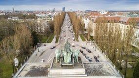 Le Siegestor Victory Gate à Munich est une voûte triomphale trois-arquée couronnée avec une statue de la Bavière avec un lion Image libre de droits