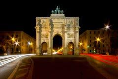 Le Siegestor - Victory Gate ? Munich la nuit, Allemagne photographie stock