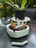 Le sigarette bruciate è in portacenere Fotografie Stock Libere da Diritti