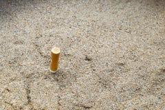 Le sigarette si intromettono il portacenere della sabbia Fotografia Stock