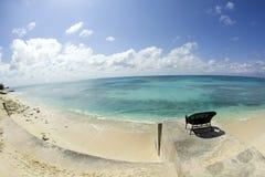 Le siège en osier donne sur la mer des Caraïbes brillante Photos stock