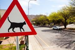 Le signal d'avertissement de route indiquant des chats croisent Images libres de droits