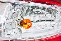 Le signal lumineux arrière gauche cassé de la voiture, ont toujours un certain morceau en verre photos libres de droits