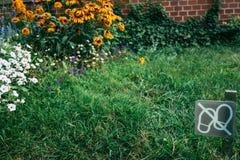 Le signal mettent la promenade du ` t sur l'herbe Photographie stock libre de droits