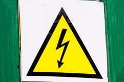 Le signe à haute tension d'une attention, ne touchent pas Foudre noire sur un fond jaune dans une triangle image stock