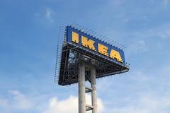 Le signe élevé de triangle de couleur jaune et bleue IKEA devant IKEA stockent Photos stock