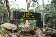 Le signe a été employé au touriste mené dans la forêt photos libres de droits