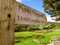 Le signe anglais de flèche de secteur de lac se dirige vers peu de Langdale Photo libre de droits