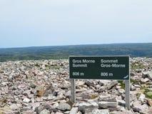Le signe au sommet de Gros Morne Mountain quand les randonneurs atteignent le sommet images libres de droits