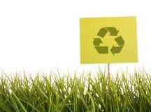 Le signe avec réutilisent le symbole dans l'herbe   Photographie stock libre de droits