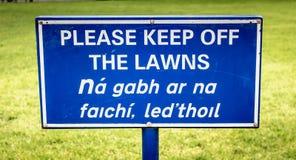 Le signe bleu retiennent svp les lois en anglais photographie stock libre de droits