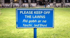 Le signe bleu retiennent svp les lois en anglais photos stock