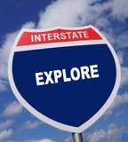 Le signe d'autoroute donne la direction à une manière d'éprouver et avoir l'amusement d'exploration illustration libre de droits