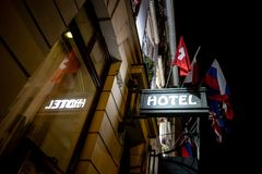 Le signe d'un hôtel au-dessus d'une entrée pendant la nuit photographie stock