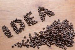 Le signe de concept d'idée dessiné parmi le brun a rôti des grains de café Images stock