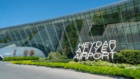 Le signe de Heydar Aliyev Airport à côté de son terminal principal Images stock
