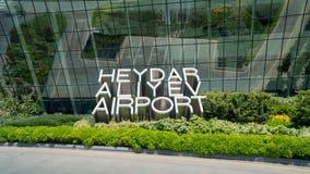 Le signe de Heydar Aliyev Airport à côté de son terminal principal Photos stock