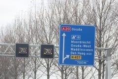 Le signe de jonction avec des directions sur la route A20 dans le repaire aan IJssel de Nieuwerkerk, les Pays-Bas avec la vitesse Images stock