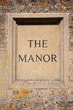 Le signe de manoir découpé dans la pierre de Cotswold Images stock