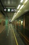 Le signe de sortie à une station de souterrain (métro) à Shenzhen Photographie stock