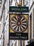 Le signe de table ronde au Roi vert Pub à Londres Images stock
