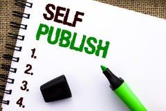 Le signe des textes montrant l'individu éditent La publication conceptuelle de photo écrivent des faits d'article de manuscrit de photos libres de droits