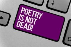 Le signe des textes montrant la poésie n'est pas mort L'écriture esthétique et rythmique de photo conceptuelle est clé de clavier Photos libres de droits