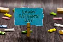 Le signe des textes montrant le père heureux s est jour Époque de photo conceptuelle de célébrer l'idée s de symbole d'agrafes de Photo libre de droits