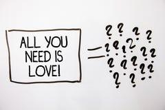 Le signe des textes montrant tous que vous avez besoin est amour de motivation L'affection profonde de photo conceptuelle a besoi Images libres de droits