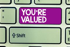 Le signe des textes vous montrant au sujet de sont évalués Sens conceptuel de photo de valeur dans la prise de travail un endroit photographie stock