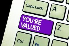Le signe des textes vous montrant au sujet de sont évalués Sens conceptuel de photo de valeur dans la prise de travail un endroit photos stock