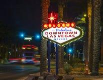 Le signe du centre de Las Vegas la nuit Image libre de droits