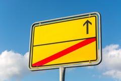 Le signe jaune vide de ville avec la flèche et le rouge a heurté par la ligne dedans Photo stock