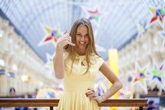 Le signe m'appellent, femme blonde heureuse Images libres de droits