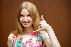 Le signe m'appellent, femme blonde heureuse Images stock