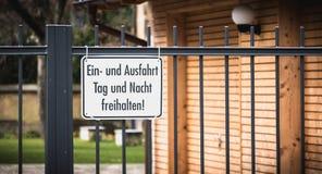 Le signe maintiennent l'allée libre jour et nuit dans l'Allemand photo libre de droits