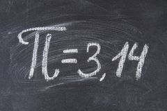 Le signe mathématique ou le symbole pour pi sur un tableau noir images stock