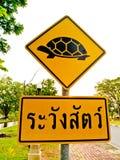 Le signe prennent garde de la tortue photo stock
