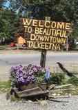 Le signe rustique accueille des visiteurs à Talkeetna en Alaska Photographie stock