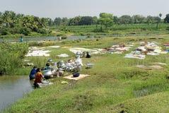 Le signore rurali dell'India si sono impegnate in panni & utensili di lavaggio Fotografia Stock
