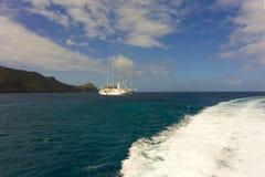 Le sillage d'un ferry d'inter-île dans les Caraïbe Images stock