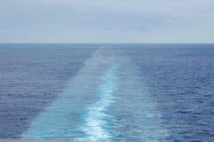 Le sillage presque calme d'un bateau de croisière Photos libres de droits