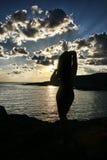 Le sillhouette du femme sur la plage Photos stock