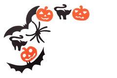 Le siluette dei pipistrelli volatili neri, dei gatti, delle zucche arancio, dei gatti e del ragno scolpiti da carta nera sono iso Fotografie Stock