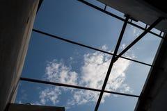 Le siluette del fascio di tetto cercano nel cielo blu Immagini Stock Libere da Diritti
