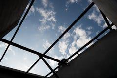 Le siluette del fascio di tetto cercano nel cielo blu Immagine Stock Libera da Diritti